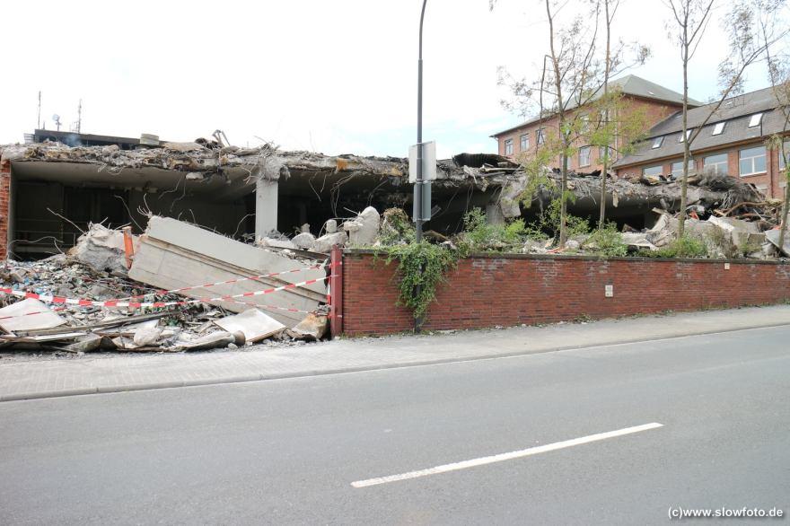 5 Tage später ist das noch qualmende Ausmaß der Zerstörung augenfällig