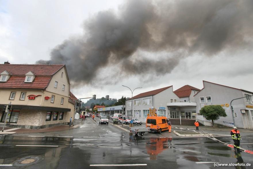 Alsfelds wichtigste Kreuzung wurde für die Löscharbeiten gesperrt, 200 Feuerwehrleute waren im Dauereinsatz
