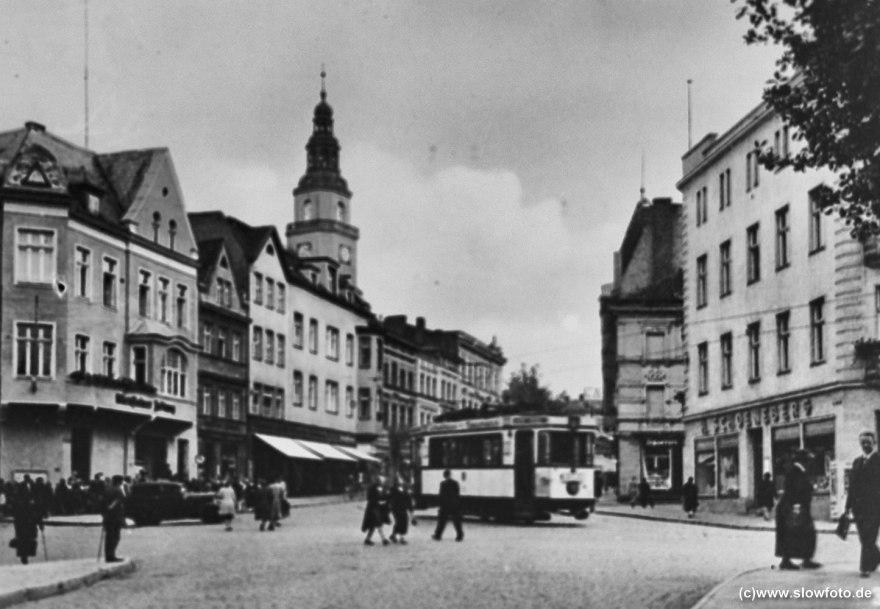 Straßenszene mit Rathausturm