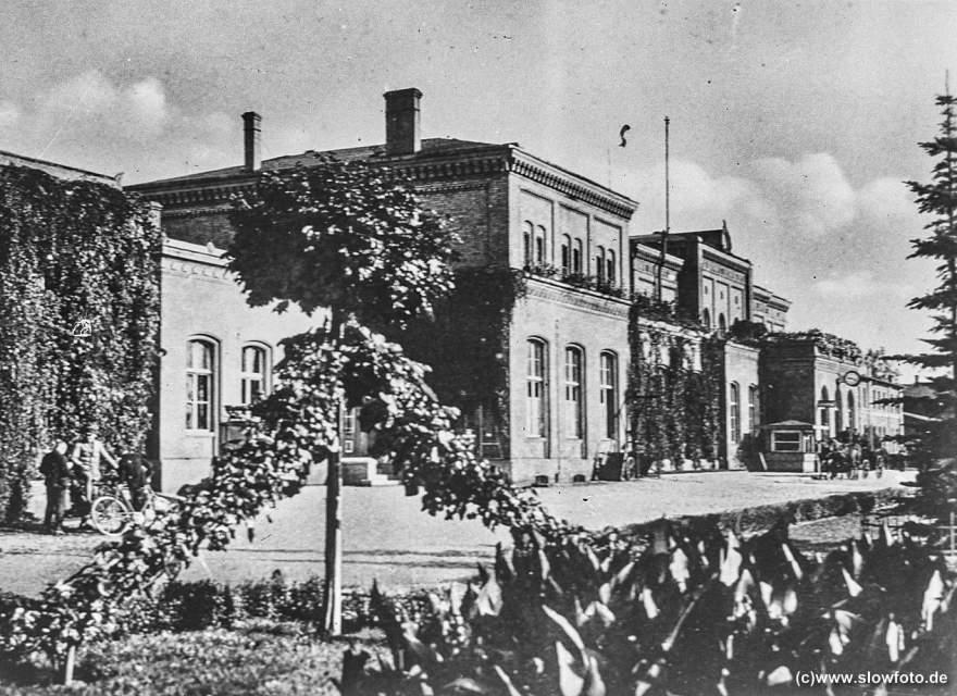 Gebäude, wohl der Bahnhof (Bahnhofsuhr)