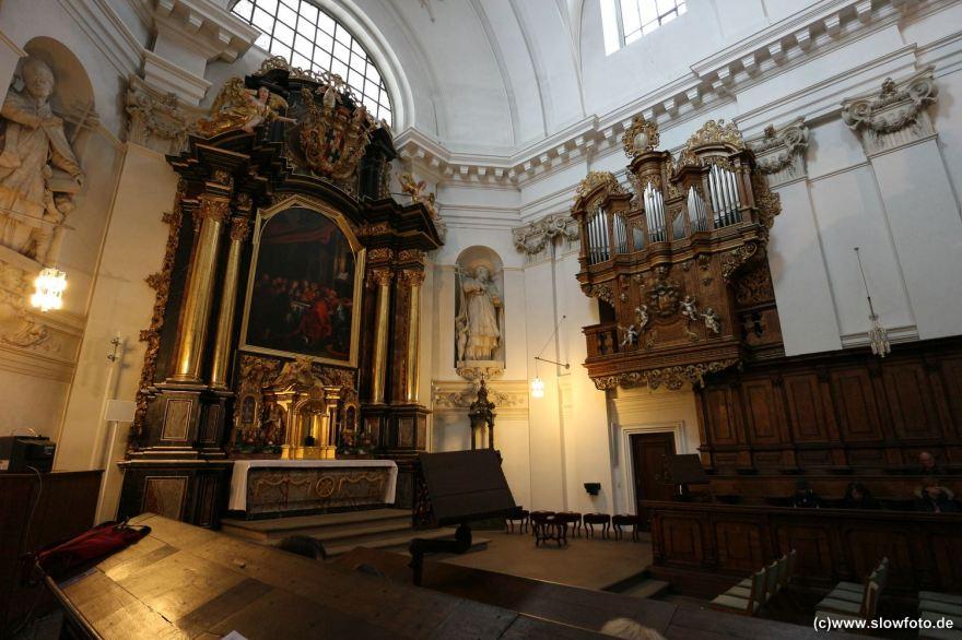 kleine Orgel hinter dem Altarraum