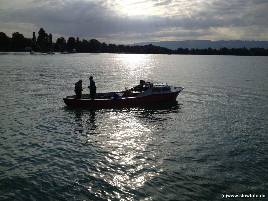 Die Fischer sammeln die Netze ein.