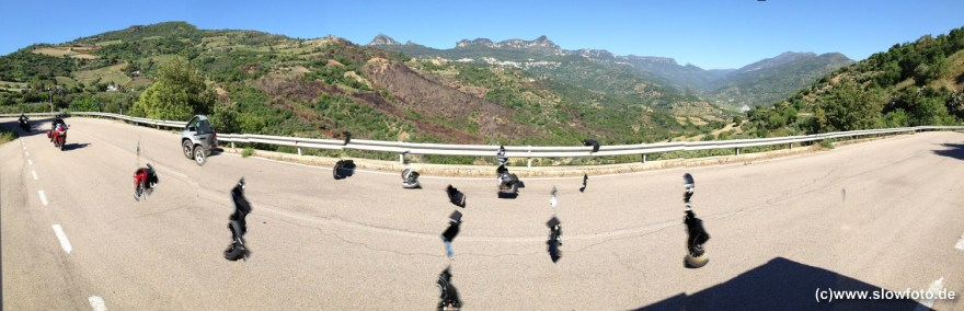 Bergstrasse mit für Panos zu schnellen Motorrädern