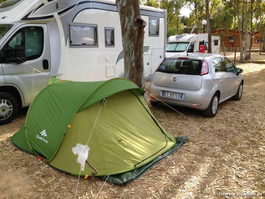 zu dritt mit Mietwagen und Zelt