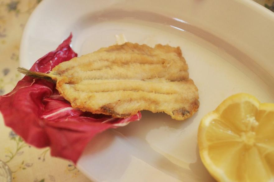 die gemehlten und frittierten Sardinen