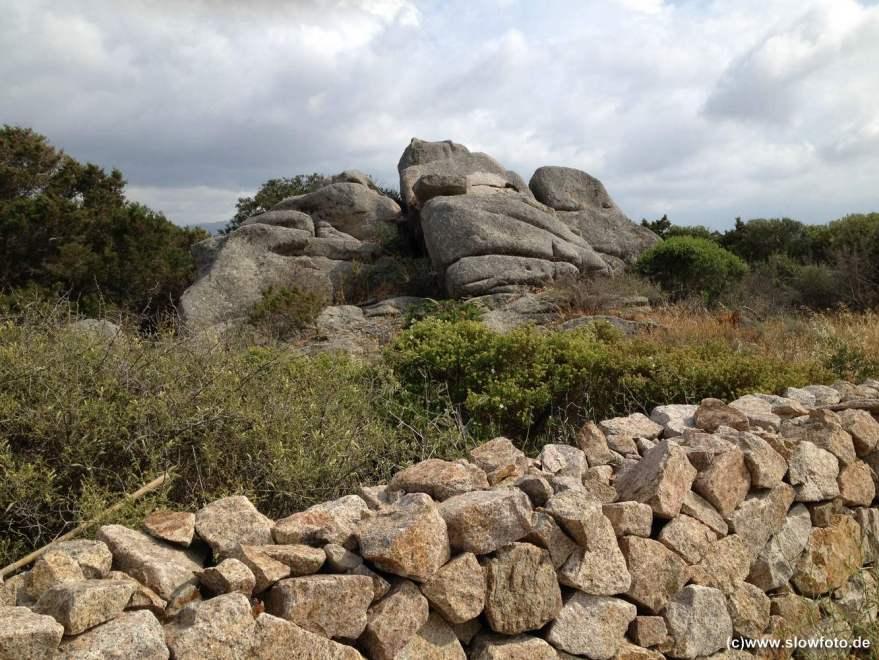 und runde und spitze Steine