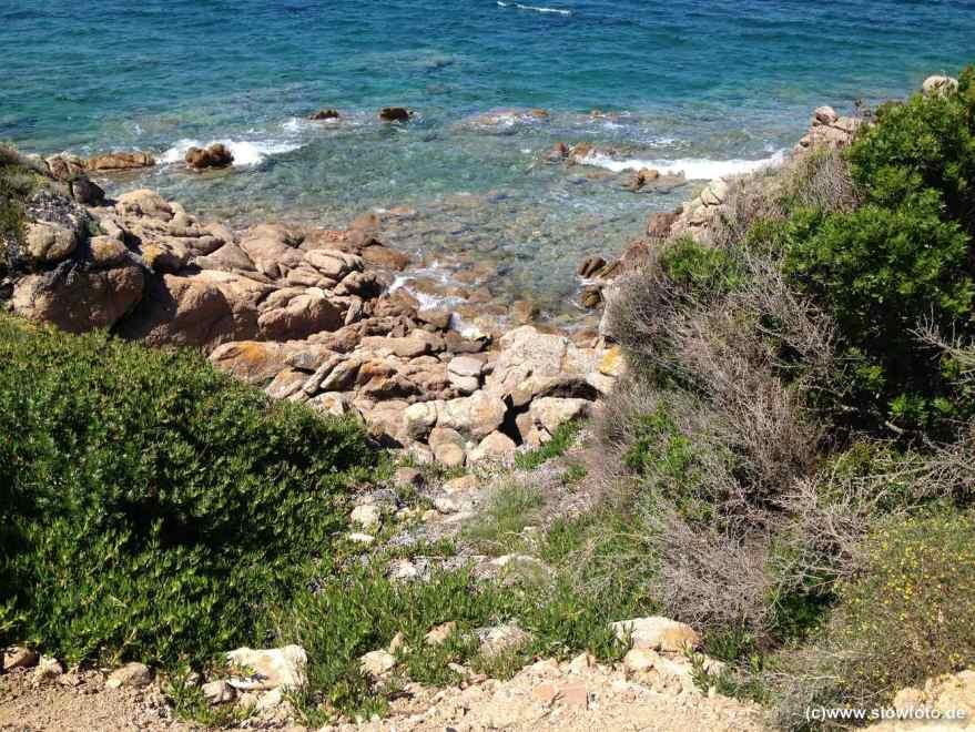 oder am steinigen Strand, beliebt bei Tauchern