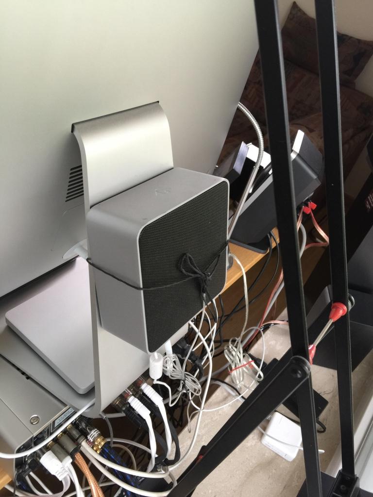 hinter den iMac schaut niemand :-)