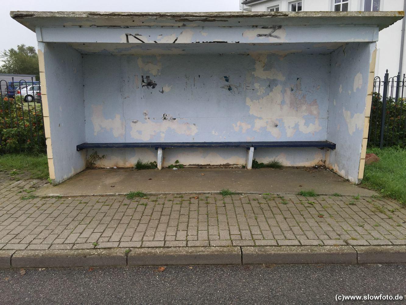 und diese einsame Bushaltestelle.