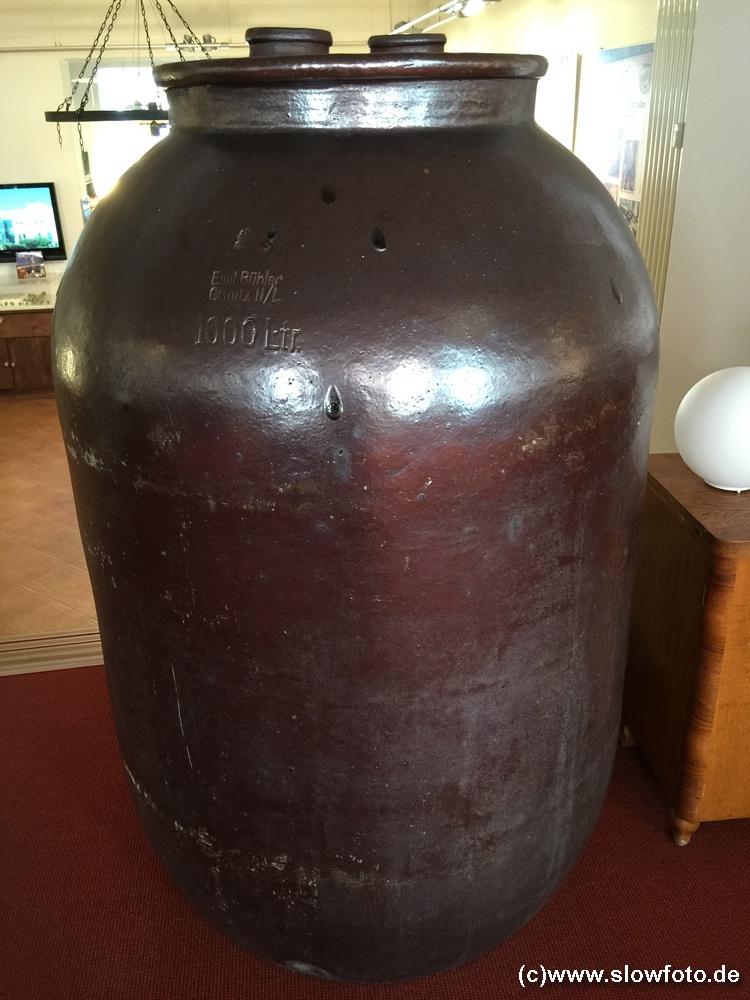 1.000 Liter, im Verkauf 250ml für €7-8 im dekorativen Keramiktopf