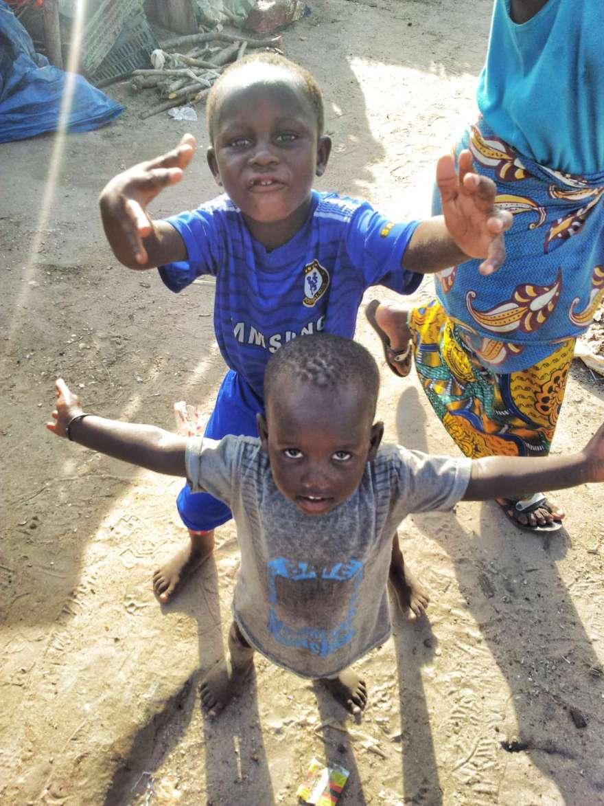 Gambia - Die Kinder posieren für Süßigkeiten
