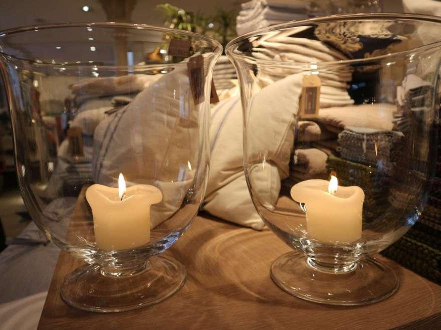 Kerzen im Glas sind in