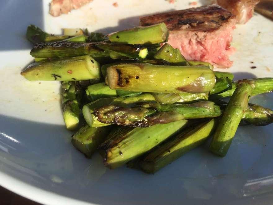 Gemüse roh auf die Albschale, Fleisch auf den Rost