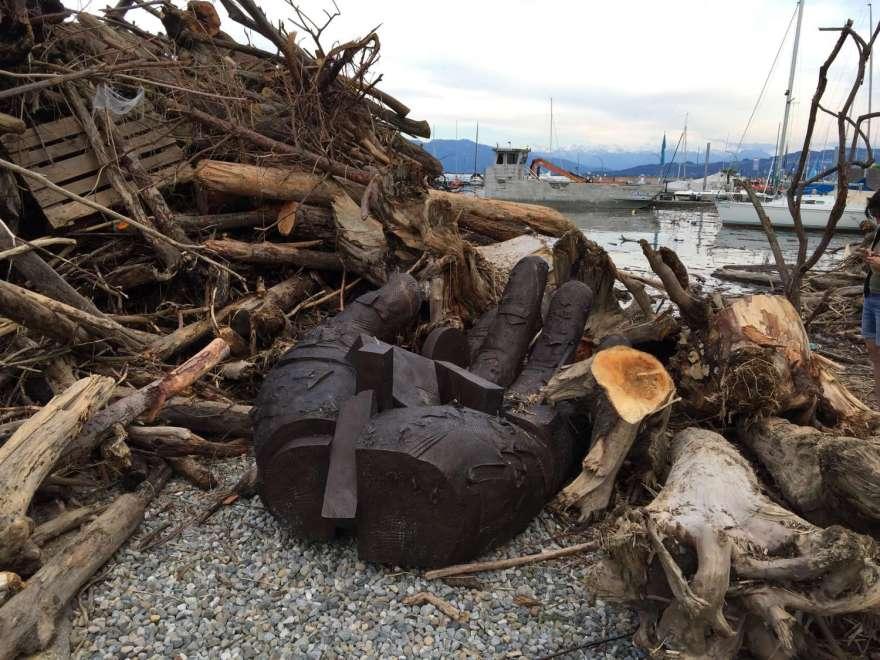 und Gunther Stilling`s eiserne Hand ist von Holz umgeben.