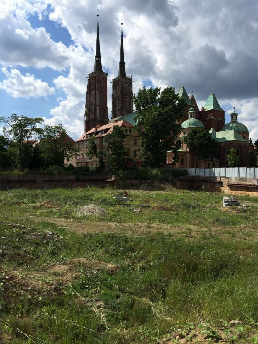 Bauplatz vor Kirche