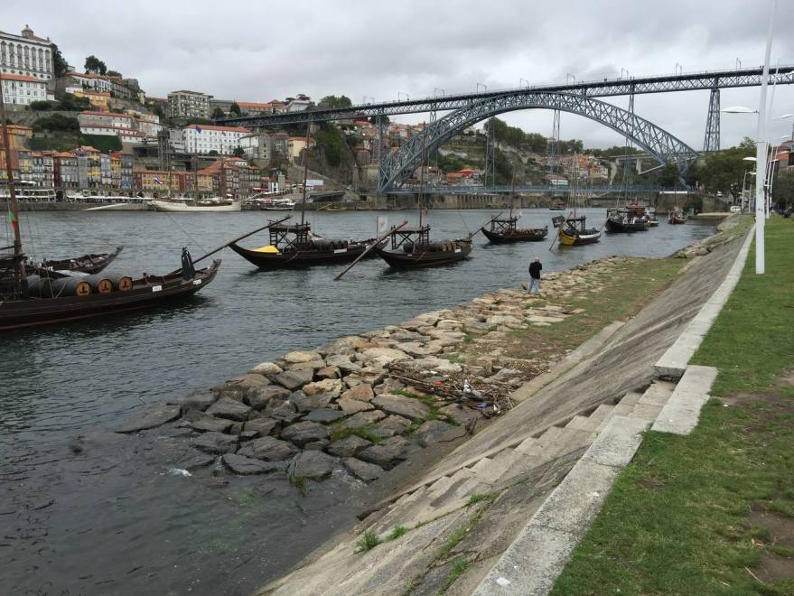 historische Holzkähne für den Weinfass Transport und Portos berühmte Brücke