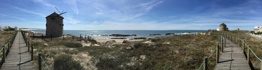 A Strandpromenade mit vielen Windrädern