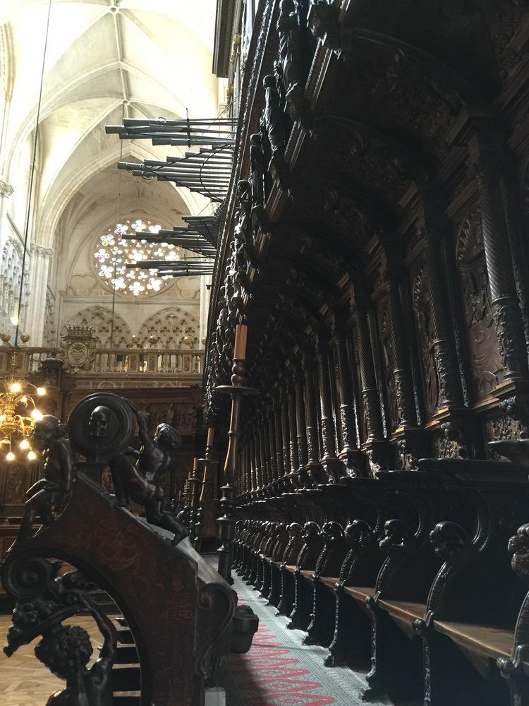 Orgel und Holzgestühl