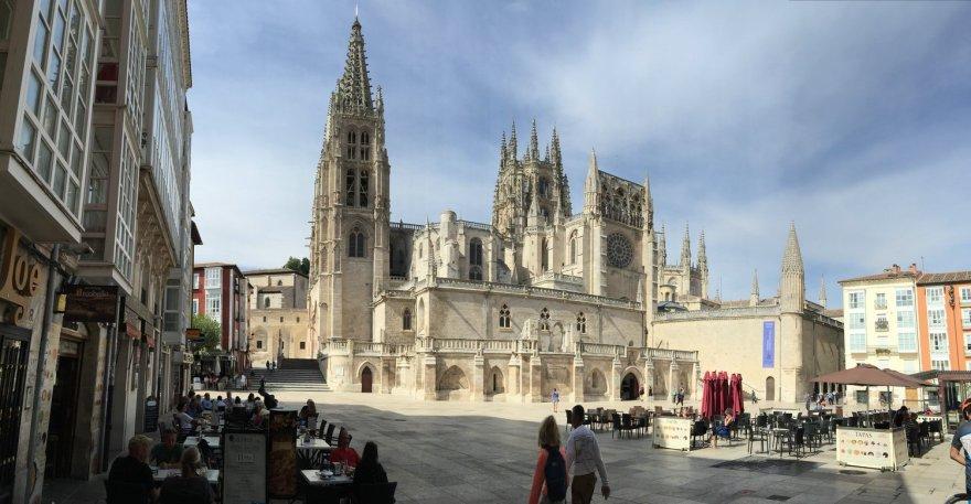 mit Blick von der Terrasse auf die Kathedrale