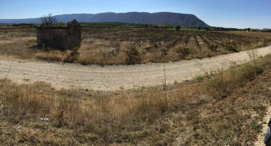 verlassene Felder und Häuser