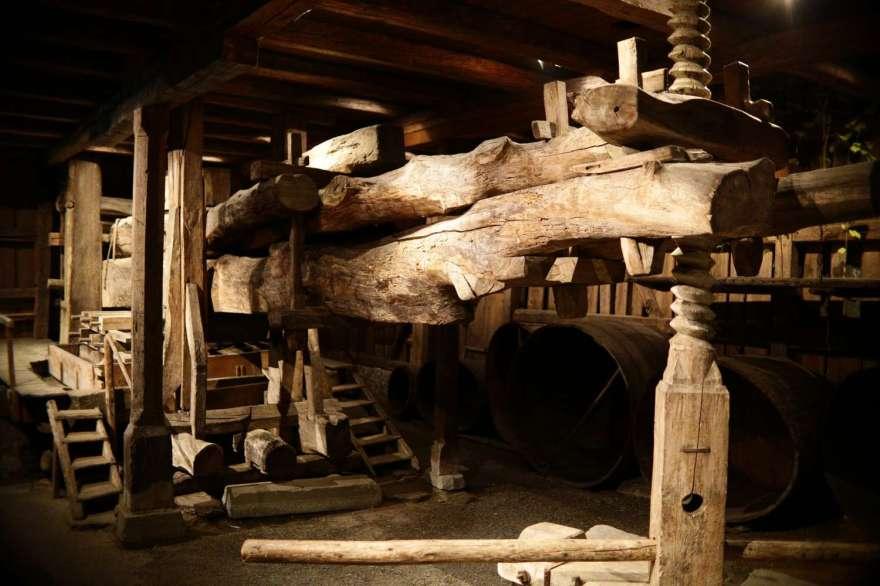 die historische Weinpresse (Torkel)